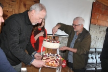 Jubilaci czterdziestolatkowie dzielą tort 'weselny'